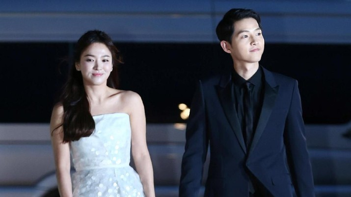 South Korean celebritis Song Joong-ki and Song Hye-kyo arrive at 52nd Baeksang Arts Awards in Seoul, June 3, 2016. Picture taken on June 3, 2016.    Yonhap via REUTERS   ATTENTION EDITORS - THIS IMAGE HAS BEEN SUPPLIED BY A THIRD PARTY. SOUTH KOREA OUT. NO RESALES. NO ARCHIVE.