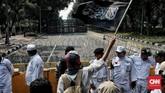 Massa melakukan unjuk rasa saat sidang putusan Mahkamah Konstitusi (MK) di kawasan Jalan Medan Merdeka Barat, Jakarta, 27 Juni 2019. (CNN Indonesia/Andry Novelino)