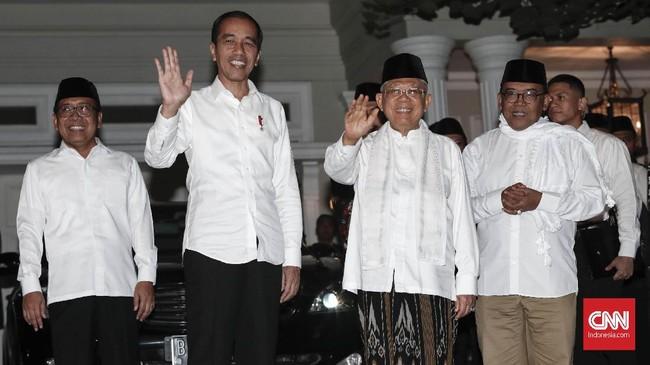 Calon Presiden dan Wakil Presiden nomor urut 01 Joko Widodo (tengah) dan Ma'ruf Amin (kiri) menyapa wartawan sebelum menyampaikan keterangan pers menanggapi putusan perselisihan hasil pemilihan umum (PHPU) Pilpres 2019, Jakarta, 27 Juni 2019. (CNN Indonesia/Safir Makki)