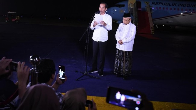 Calon Presiden dan Wakil Presiden nomor urut 01 Joko Widodo (kiri) dan Ma'ruf Amin memberikan keterangan pers terkait putusan MK tentang perselisihan hasil pemilihan umum (PHPU) Pilpres 2019 di Lanud Halim Perdanakusuma Jakarta, 27 Juni 2019. (ANTARA FOTO/Wahyu Putro A)