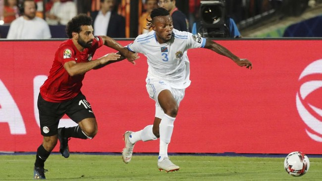 Bintang timnas Mesir, Mohamed Salah, mengawal pemain timnas Kongo, Ngonda Mazinga, saat berlangsungnya laga lanjutan Piala Afrika 2019 di Stadion Internasional Kairo, Rabu (26/6) waktu setempat. (REUTERS/Mohamed Abd El Ghany)