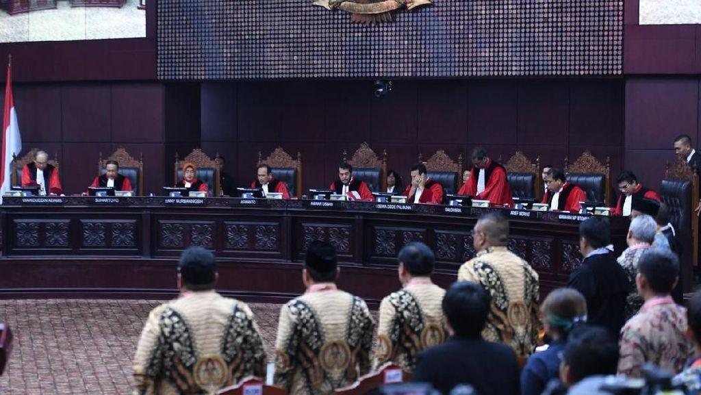 MK Tolak Dalil 02 soal Jokowi Langgar Asas Pemilu karena 'Baju Putih'