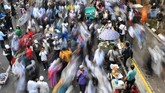 Massa membubarkan diri usai melakukan aksi kawal putusan Mahkamah Konstitusi (MK) soal Perselisihan Hasil Pemilihan Umum (PHPU) Presiden dan Wakil Presiden 2019 di kawasan Jalan Medan Merdeka Barat, Jakarta, Kamis (27/6/2019). (ANTARA FOTO/Wahyu Putro A)