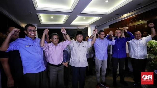 Prabowo Subianto bersama Sandiaga Uno dalam konferensi pers di Kertanegara, 27 Juni 2019, menghormati putusan MK yang menolak seluruh gugatan yang dilayangkan. Prabowo-Sandiaga Uno meminta para pendukung dan relawan tak berkecil hati.(CNN Indonesia/Hesti Rika)