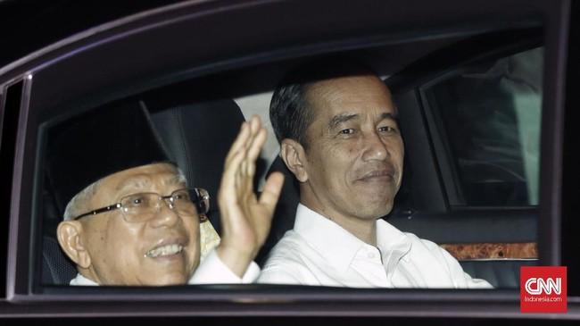 Jokowi menjemput Ma'ruf Amin dan membawanya ke Lanud Halim Perdanakusuma, Jakarta Timur, untuk memberikan pernyataan publik menanggapi hasil putusan MK di sana. (CNN Indonesia/Safir Makki)