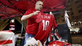 Pedagang menjual jersey di luar Stadion Internasional Kairo jelang pertandingan timnas Mesir melawan timnas Kongo dalam laga lanjutan Grup A Piala Afrika 2019. (REUTERS/Amr Abdallah Dalsh)
