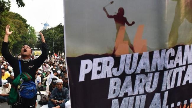 Pesertamassa aksi kawal putusan sengketa Pilpres 2019menengadahkan tangan saat berdoa di sekitar Gedung Mahkamah Konstitusi, Jakarta, 27 Juni 2019. (Antara Foto/Saptono)