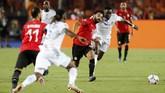 Mohamed Salah berupaya lepas dari adangan pemain timnas Kongo dalam laga yang dimenangi timnas Mesir 2-0 di Stadion Internasional Kairo, Rabu (26/6) waktu setempat. (REUTERS/Mohamed Abd El Ghany)