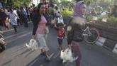Di depan Kantor BupatiKlaten, Jawa Tengah, peternak membagikan sekitar dua ribu ekor ayam. (ANTARA FOTO/Aloysius Jarot Nugroho).