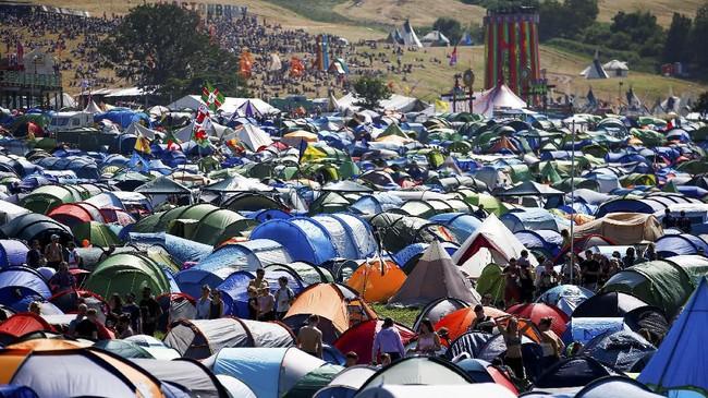Festival ini makin populer dari tahun ke tahun, dihadiri oleh ribuan orang yang menginap di tenda berwarna-warni. (REUTERS/Henry Nicholls)