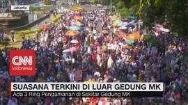 VIDEO: Massa Mulai Berdatangan di Luar Gedung MK