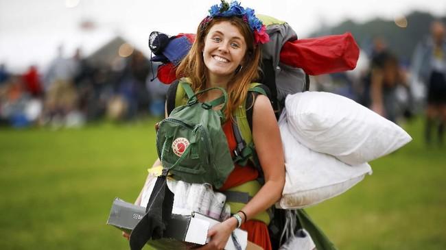 Sekalipun saat ini banyak tempat di dunia sedang terlanda gelombang panas, termasuk Somerset, tempat penyelenggaraan Festival Glastonbury, pengunjung tak peduli. (REUTERS/Henry Nicholls)