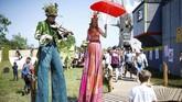 Tak hanya musik, Festival Glastonbury juga memiliki sajian berupa tarian, komedi, teater, sirkus, sampai kabaret. (REUTERS/Henry Nicholls)