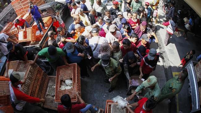 Perhimpunan Insan Perunggasan Rakyat Indonesia(Pinsar Indonesia) juga membagikan ayam gratis di Kota Solo, Jawa Tengah, Rabu (26/6). (ANTARA FOTO/Maulana Surya).