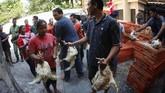 Di Solo, 30 ribu ekor ayam dibagikan secara gratis kepada masyarakat sebagai bentuk protes atas anjloknya harga daging ayam ras di pasaran. (ANTARA FOTO/Maulana Surya).