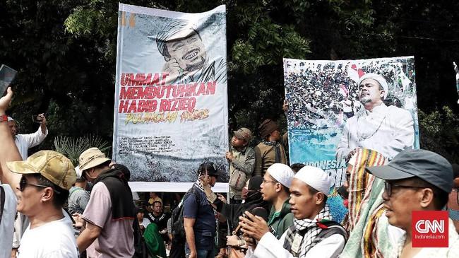 Poster Imam Besar FPI Rizieq Shihab tampak menemani massa yang melakukan kawal pembacaan putusan sengketa Pilpres oleh MK,Jalan Medan Merdeka Barat,Jakarta, 27 Juni 2019.(CNN Indonesia/Andry Novelino)