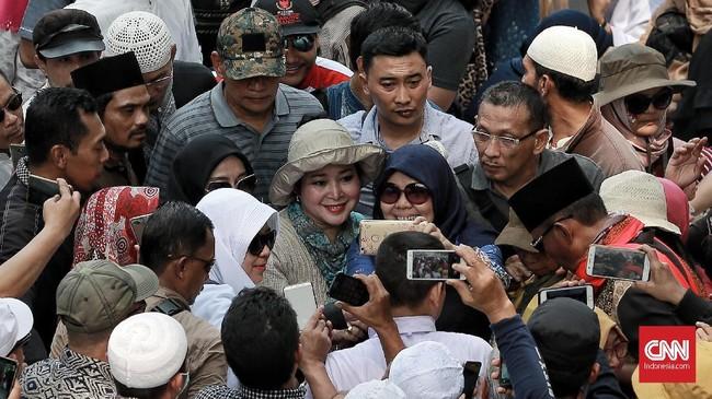 Politikus Berkarya yang juga putri Presiden Kedua RI Soeharto, Titiek Soeharto, dikerubungi massa yang mengajak berswafoto di sela kegiatan aksi kawal pembacaan putusan sengketa Pilpres oleh MK, Jalan Medan Merdeka Barat, Jakarta, 27 Juni 2019. (CNN Indonesia/Andry Novelino)