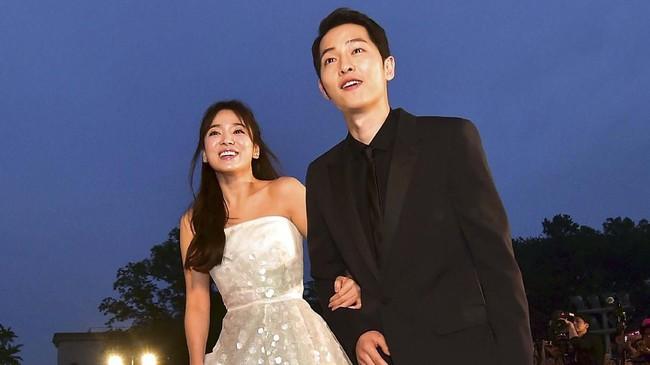 Dired carpet of the 52nd annual BaekSang Art Awardsdi Seoul, Song Hye Kyo memilih gaun strapless mengembang bak putri kerajaan (AFP PHOTO / JUNG YEON-JE)