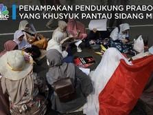 Penampakan Pendukung Prabowo yang Setia Menanti Putusan MK