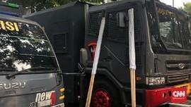 Spanduk Peringatan Gas Air Mata Disiapkan untuk Massa di MK