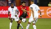 Mohamed Salah melakukan upaya untuk mencetak gol dalam pertandingan timnas Mesir melawan timnas Kongo pada laga kedua Grup A Piala Afrika 2019 di Stadion Internasional Kairo. (REUTERS/Mohamed Abd El Ghany)