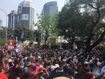 Penampakan Pendukung Prabowo yang Khusyuk Pantau Sidang MK
