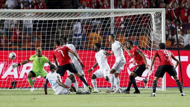 Rekan setim Mohamed Salah yaitu Ahmed Al Mohamady mencetak gol pembuka kemenangan timnas Mesir atas Kongo pada menit ke-25 di Stadion Internasional Kairo. (REUTERS/Mohamed Abd El Ghany)