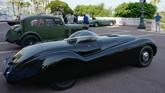 Peluncuran perdana Jaguar XK120 di London Motor Show 1948. Mobil ini dibuat 'hand-made' di atas sasis baja yang sebagian besar terinpirasi Jaguar Mark V. (Photo by VALERY HACHE / AFP)