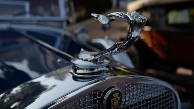 Kolektor Cadillac Series 341 cukup apik merawat mobil berusia 92 tahun ini. Aksen krom dan logonya masih terpasang dengan sempurna. (Photo by VALERY HACHE / AFP)
