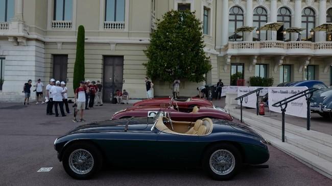 Setiap pengunjung pameran akan menikmati deretan mobil-mobil klasik dengan nilai sejarah tinggi. (Photo by VALERY HACHE / AFP)