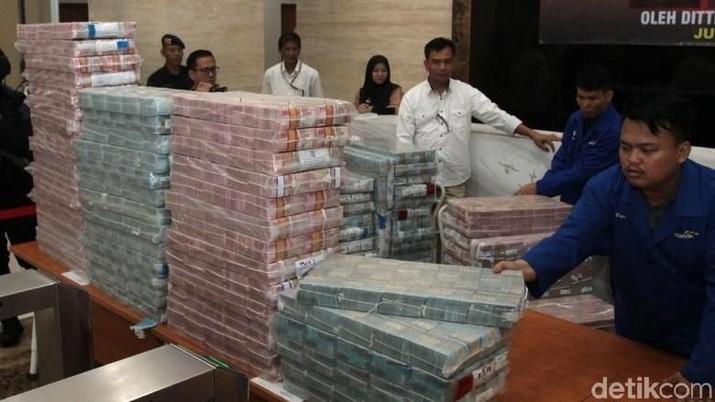 Polri pamerkan uang terkait barang bukti sitaan dari kasus korupsi HSD (detikFoto/Lamhot Aritonang)