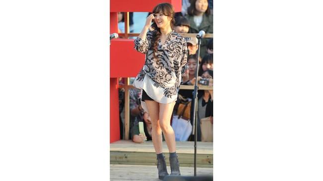 Song Hye Kyo selama ini dikenal memiliki rambut panjang yang indah. Dia pun kerap menata rambut panjangnya dengan berbagai gaya feminin. (KIM JAE-HWAN / AFP)