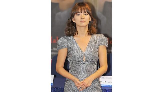 Selain jadi aktris, pasangan Song Joong Ki ini sering didapuk menjadi brand ambassador dari banyak produk kosmetik Korea. (KIM JAE-HWAN / AFP)