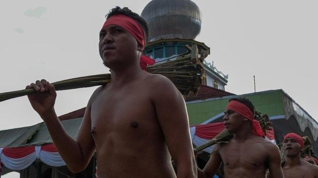 Pukul Manyapu merupakan atraksi unik dari Maluku Tengah yang biasanya dipentaskan di Desa Mamala dan Desa Morella, Kecamatan Leihitu, Maluku Tengah. (ANTARA FOTO/Atika Fauziyyah)