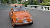 Fiat 500 D Jolly Beach produksi 1957 melakukan perjalanan di pameran mobil klasik di Monte-Carlo, Monako mulai 27-30 Juni 2019. (Photo by VALERY HACHE / AFP)