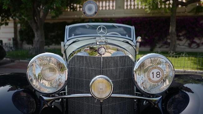 Mercedes-Benz klasik ditampilkan selama acara mobil antik di Monte-Carlo, Monako pada 27 Juni 2019. (Photo by VALERY HACHE / AFP)