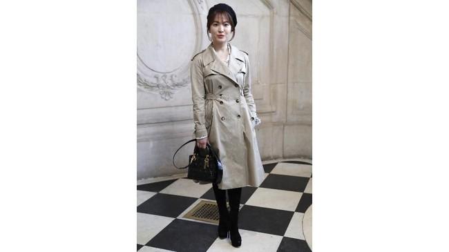 Song Hye Kyo jugapernah diundang untuk menghadiri ajang fashion show Christian Dior's Haute Couture2018 spring/summer Haute Couture di Paris. (Photo by Patrick KOVARIK / AFP)