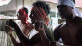 Upacara ritual 'ukuwala mahiate' atau pukul sapu merupakan upacara adat negeri Mamala yang dilaksanakan setiap tahun dilatarbelakangi pembanguan Masjid Mamala. (ANTARA FOTO/Atika Fauziyyah)