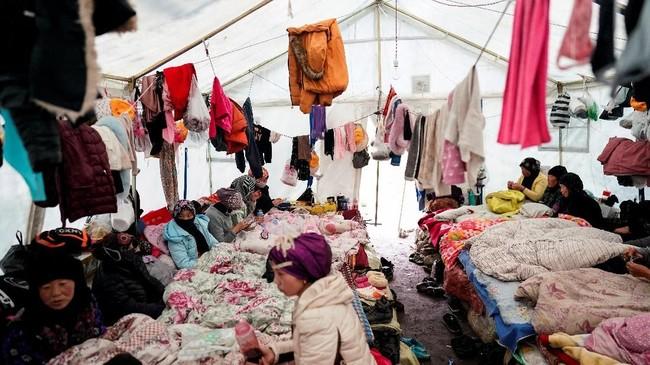 Setiap musim semi, Ma melakukan perjalanan lebih dari 600 km melalui jalan darat dari desanya yang miskin di Gansu ke tumpykan puncak tak bernama di Qinghai. (REUTERS/Aly Song)