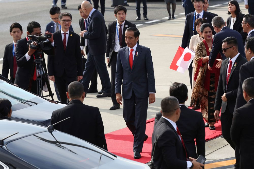 Presiden Joko Widodo (Jokowi) bersama Ibu Iriana Jokowi tiba di bandara internasional Izumisano, Jepang, Jumat (28/06/2019) untuk menghadiri Konferensi Tingkat Tinggi (KTT) negara-negara anggota Kelompok 20 atau G20. (G20 Osaka Summit Photo/Handout via Reuters)