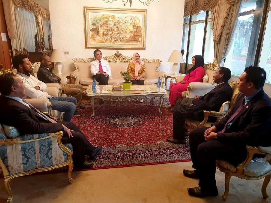 Sejumlah anak muda, Friends of Indonesia di Ethiopia, berbincang dengan Duta Besar RI untuk Ethiopia, Djibouti dan Uni Afrika, Al Busyra Basnur.