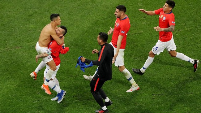 Para pemain Chile merayakan kemenenangan atas Kolombia melalui drama adu penalti di perempat final Copa America 2019. Di babak selanjutnya Chile akan menghadapi Uruguay atau Peru. (REUTERS/Amanda Perobelli)