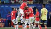 Para pemain Chile merayakan gol yang dicetak Arturo Vidal ke gawang Kolombia di babak kedua. Namun, gol itu dianulir oleh wasit Nestor Pitana setelah melihat Video Assistant Referee (VAR). (REUTERS/Ueslei Marcelino)