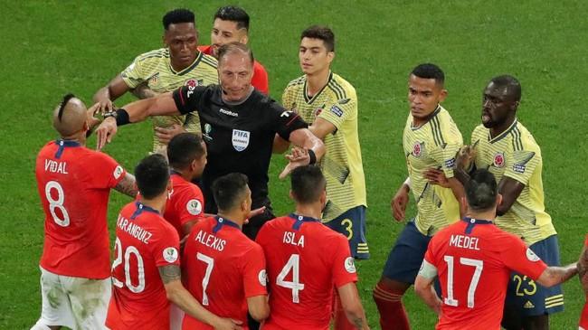 Bek Kolombia, Yerry Mina, terlibat perselisihan dengan penyerang Chile, Alexis Sanchez, pada laga perempat final Copa America 2019 di Stadion Arena Corinthians, Jumat (28/6).(REUTERS/Amanda Perobelli)