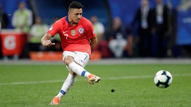 Alexis Sanchez yang jadi penendang terakhir Chile dalam drama adu penalti melawan Kolombia berhasil menjalankan tugasnya dengan sempurna. Chile menang adu penalti 5-4 atas Kolombia dan lolos ke semifinal Copa America 2019. (REUTERS/Ueslei Marcelino)