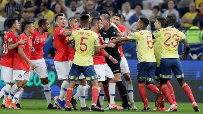 Tensi tinggi sepanjang pertandingan membuat para pemain Chile dan Kolombia kerap terlibat perselisihan pada perempat final Copa America 2019 di Stadion Arena Corinthians, Jumat (28/6). (REUTERS/Henry Romero)