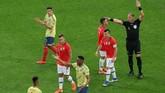 Wasit Nestor Pitana menganulir gol Chile ke gawang Kolombia yang dicetak Charles Aranguiz setelah melihat Video Assistant Referee (VAR) pada laga perempat final Copa America 2019 di Stadion Arena Corinthians, Jumat (28/6). (REUTERS/Amanda Perobelli)
