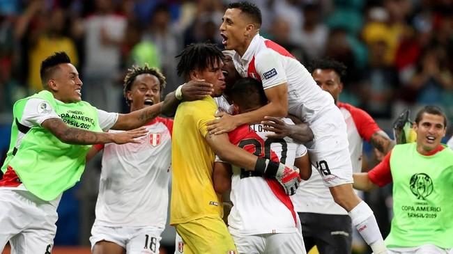 Kiper timnas Peru Pedro Gallese merayakan kemenangan atas Uruguay. Timnas Peru untuk kali ketiga beruntun lolos ke semifinal Copa America. Di semifinal Peru akan menghadapi Chile. (REUTERS/Ricardo Moraes)