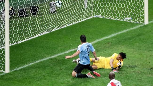 Untuk kali ketiga gol timnas Uruguay dianulir wasit lewat VAR pada menit ke-73. Kali ini giliran Luis Suarez yang terjebak offside saat menerima umpan Martin Caceres. (REUTERS/Sergio Moraes)