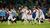 Para pemain timnas Peru merayakan kemenangan beberapa saat setelah drama adu penalti melawan Uruguay berakhir. (REUTERS/Luisa Gonzalez)